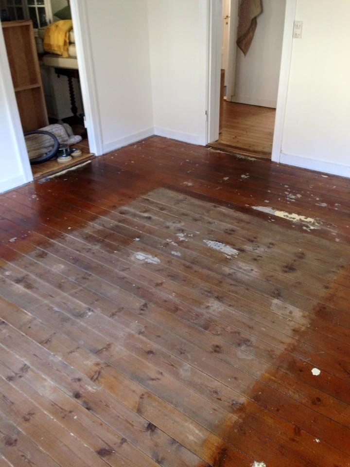 gammelt slidt gulv før gulvafhøvling og behandling.