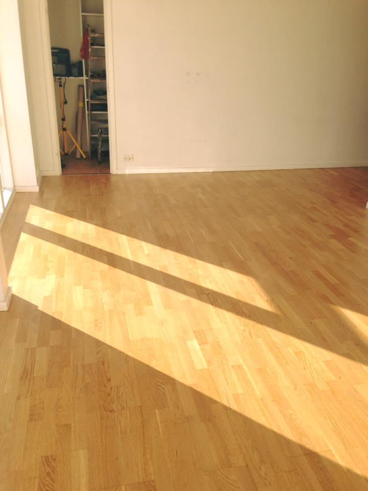 Gulv efter gulvafslibning og gulvbehandling udført af Solrød Gulvservice.