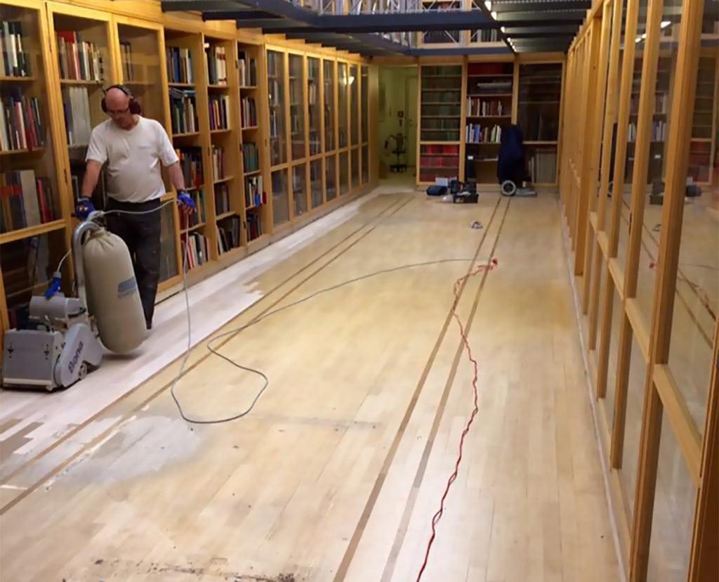 Gulvafslibning Solrød, Sjælland, medarbejder sliber gulvet